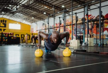 Man working out with kettlebells - Sixpack Saturday post image on Healthy & Exercise